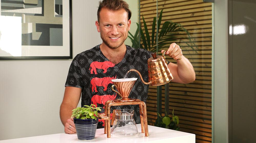 Kaffee Blogger Arne mit dem Handfilter